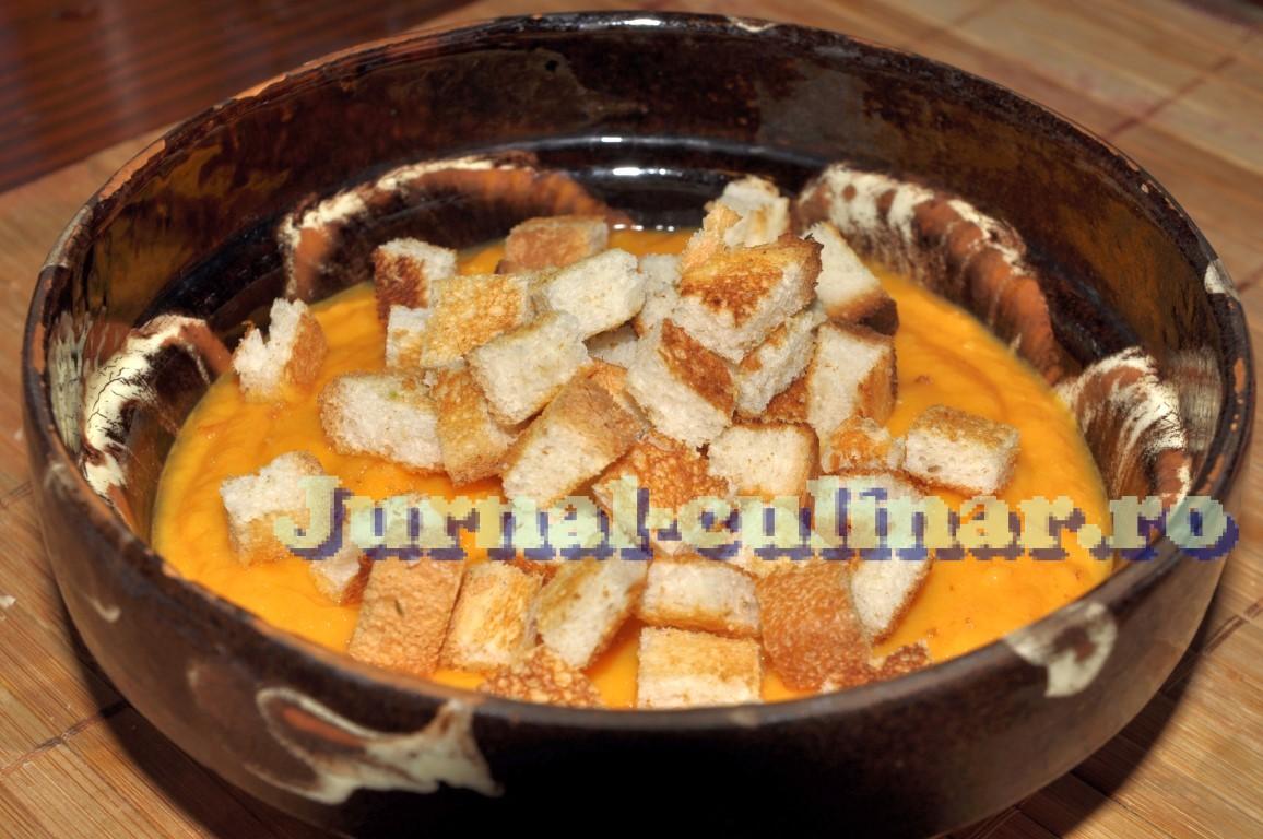 Supa crema de legume cu crutoane si smantana