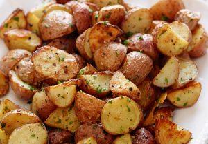 cartofi la cuptor cu usturoi rozmarin bacon carne branza